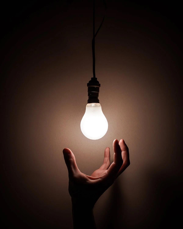 žárovka svítí