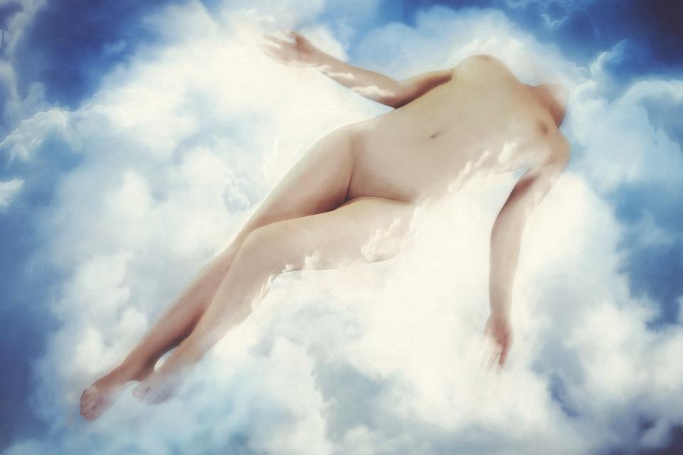 žena v oblacích
