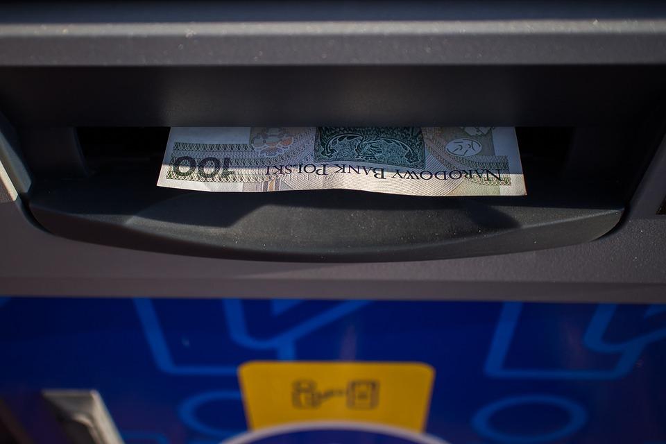bankovka v bankomatu