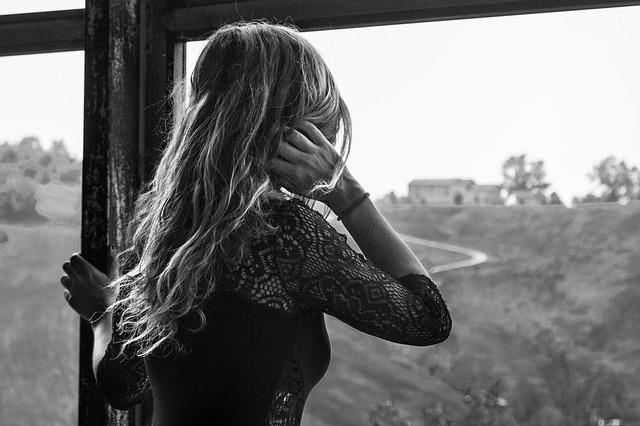 blondýna u okna